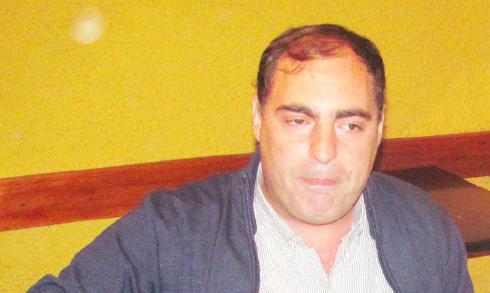 El ex Asesor Letrado, Carlos Costa, con los tapones de punta