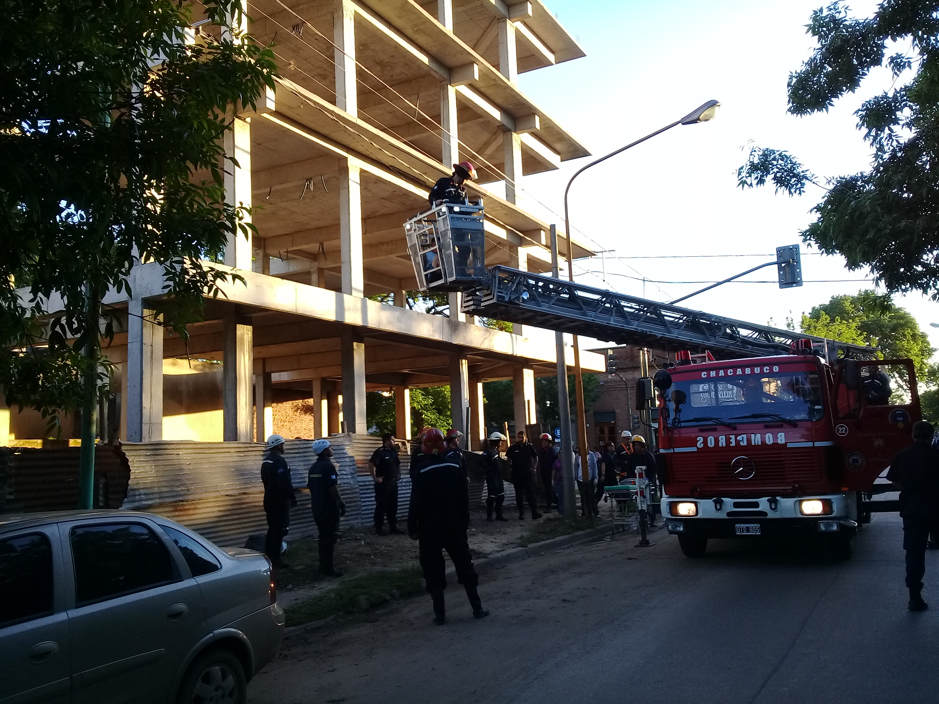 Rescataron a un joven de un edificio en construcción