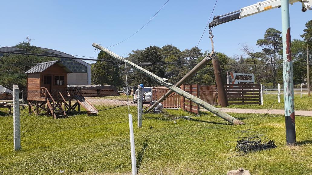 Un camión derribó varios postes de luz
