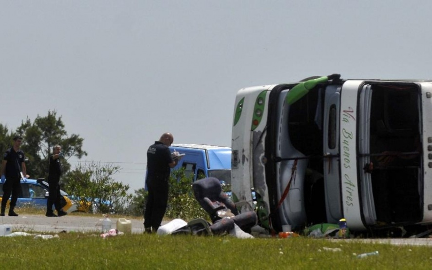 El gobierno bonaerense declaró tres días de duelo por el trágico vuelco del micro en la ruta 2